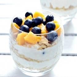 Deser jogurtowy z owocami układany warstwowo