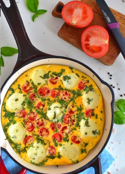 Jak zrobić omlet caprese. Przedstawiamy państwu prosty sposób na przygotowanie omleta.