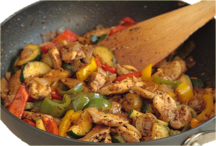 Dietetyczny kurczak z warzywami o potrawka z kurczaka, papryki, cukinii, marchewki, cebuli iczosnku to dobry przepis zawierający niewielką ilość kalorii.